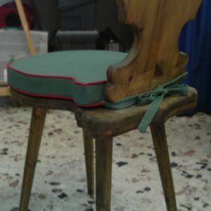Lavorazione di cuscini per sedie sagomate di tutte le forme